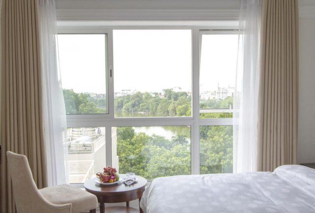 красивый вид на Ханой и реку из большого окна отеля