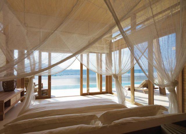 потрясающий вид на океан через панорамные окна на вилле в отеле Six Senses Con Dao на острове Кондао