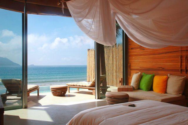 красивый вид на море из виллы отеля Six Senses Con Dao на острове Кондао