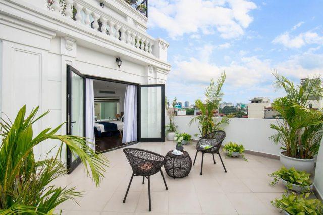 номер с шикарным балконом в отеле Ханоя с прекрасным видом на город