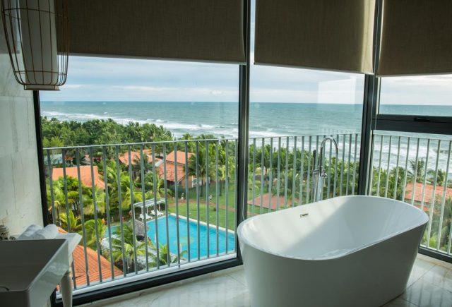 красивый вид на море из ванной на балконе в отеле на Фукуока