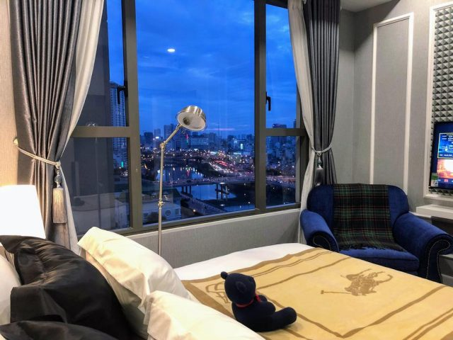 апартаменты в Хошемине с красивым видом из большого окна на город и реку