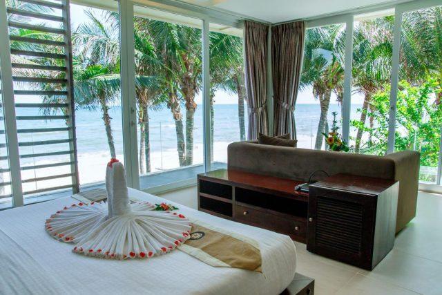 красивый панорамный вид на море и пляж из виллы в Фантхьте