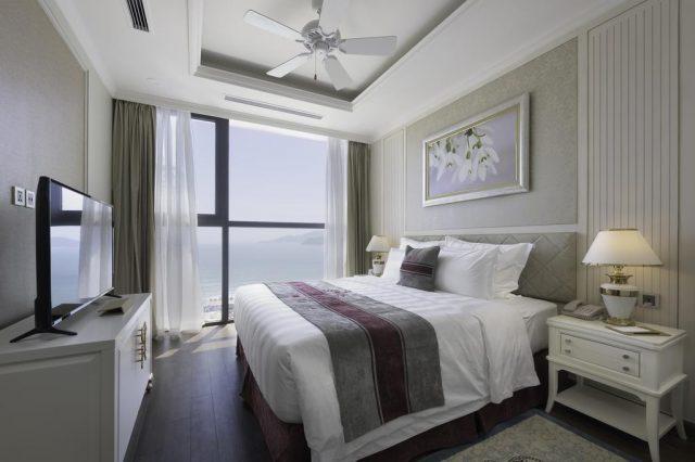 отель в Нячанге с красивым видом из окна на море