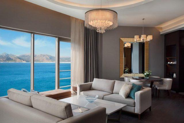прекрасный вид на море через огромное окно в отеле Антальи