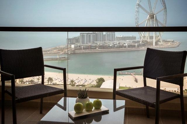 отель в Дубае с большими окнами в пол и видом на море
