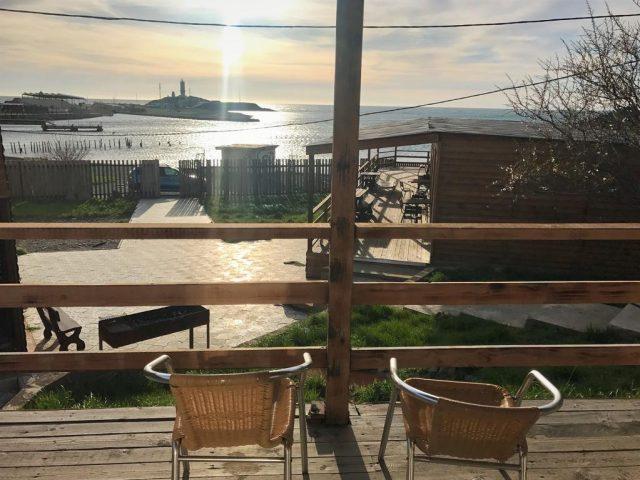 красивый вид из номера отеля на море и маяк в Анапе