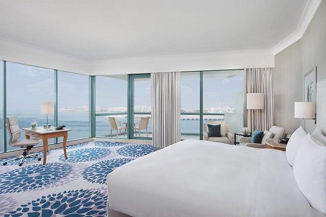 номер с панорамными окнами в отеле Дубая с видом на море