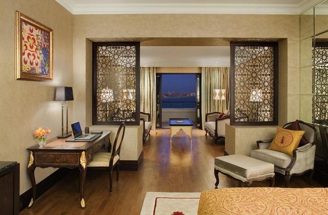 отель в Дубае с французскими окнами с видом на море
