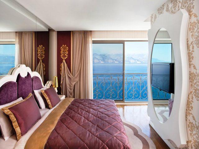 красивый вид на море и горы через французские окна в отеле Антальи