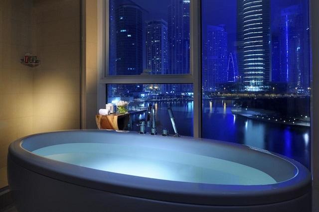 отель с ванной у окна в Дубае