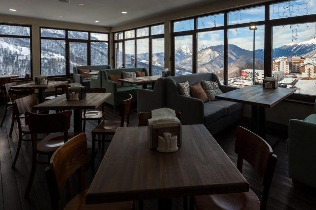 отель на горнолыжном курорте Роза-Хутор с красивым видом на горы