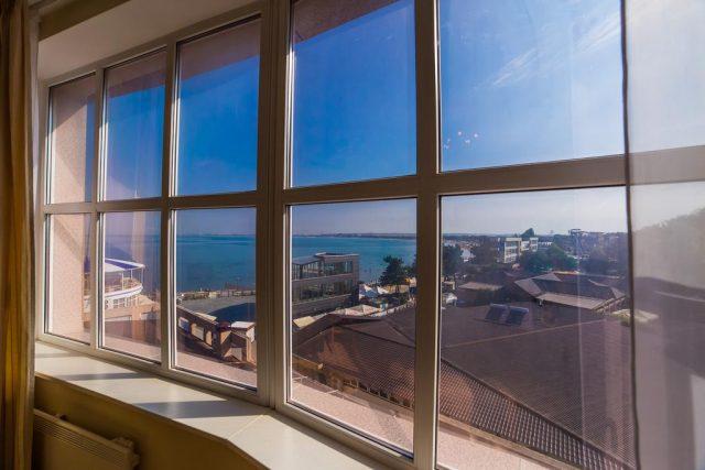 номер в отеле Анапы с красивым видом на море и город