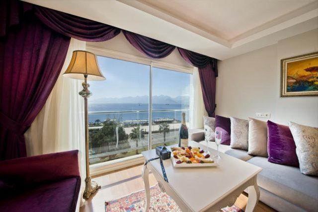 красивый вид на море и горы в Анталье через огромное видовое окно в отеле