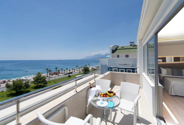 красивый вид на море и горы в отеле Антальи