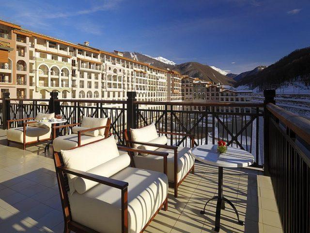 отель в горнолыжном поселке Горки Город с красивым видом на горы
