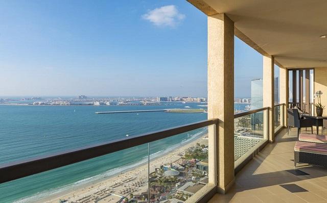 вид с балкона отеля на море в Дубае