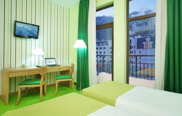 отель в центре горнолыжного курорта Роза-Хутор с красивым видом на горы