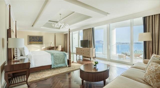 номер с балконом в отеле Дубая с видом на море