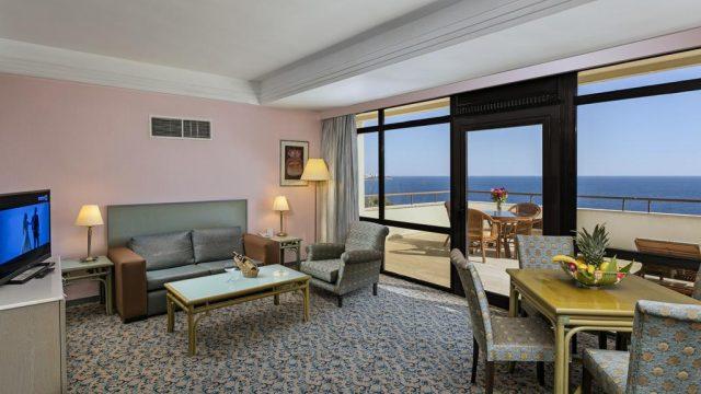 красивый вид на море через большие обзорные окна в отеле Антальи