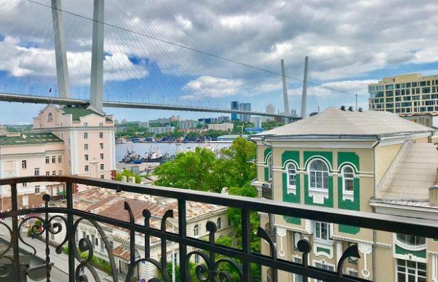 красивый вид из окна отеля на Золотой мост