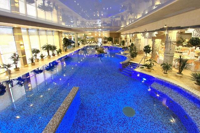 Огромный бассейн Берёзки холл