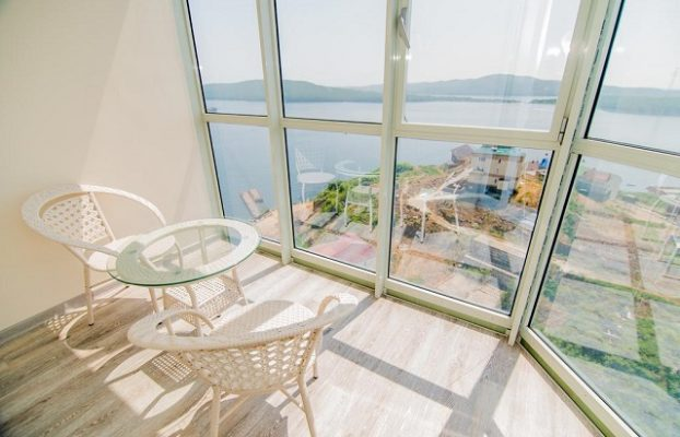вид на море через окна в пол во Владивостоке