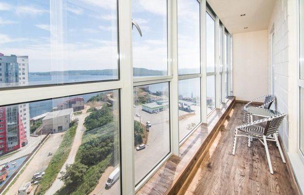 красивый вид с балкона апартаментов на море во Владивостоке