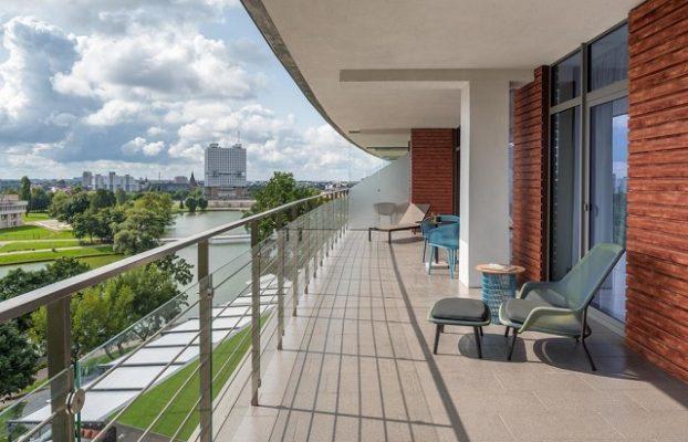 большой балкон в номере с потрясающим видом на город