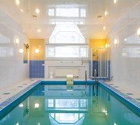 бассейн в коттедже с камином в Подмосковье
