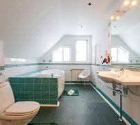 ванна у окна на вилле в Подмосковье