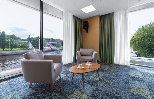 отель с панорамными окнами в пол с видом на реку в Калининграде