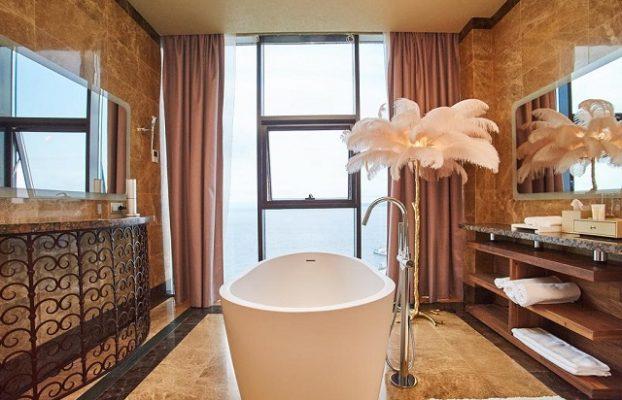 ванна у окна в пол с видом на море