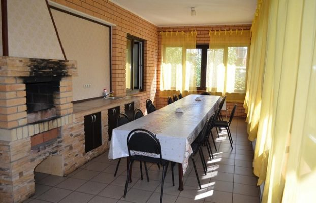 камин в кухне загородного дома