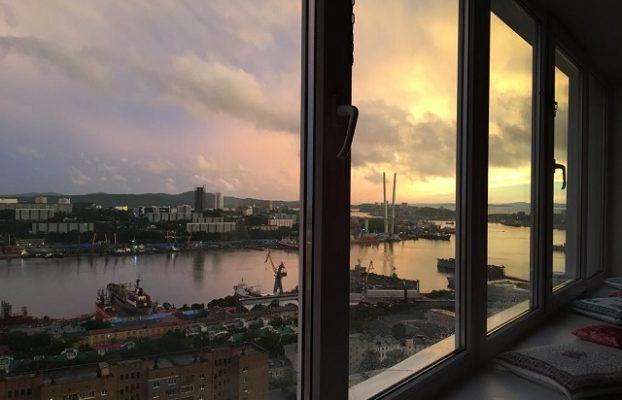 окна отеля с видом на порт