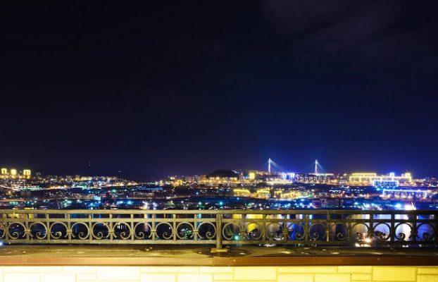 вид с террасы гостиницы Буссе на ночной Владивосток