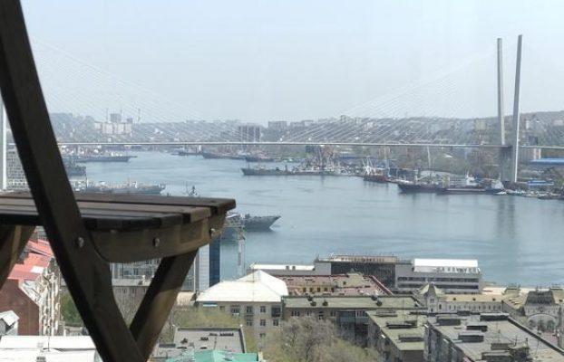 вид на бухту Золотой Рог из больших окон апартаментов