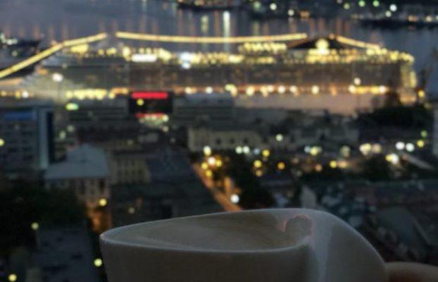 вид на ночной Владивосток через большие окна