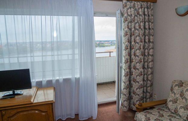 красивый вид с балкона отеля на озеро в Калинингоаде
