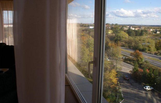 красивый вид на город из панорамного окна в номере отеля Балтика