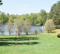 озеро рядом с загородным коттеджем в Подмосковье