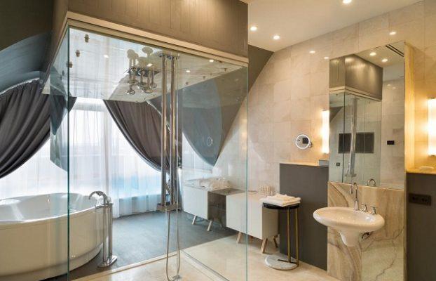 ванна у окна в отеле Ростова-на-Дону