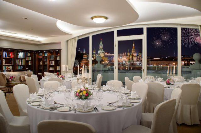 Великолепный вид на ночную Москву и Кремль из окна ресторана отеля otel-balchug-kempinski-moskva1