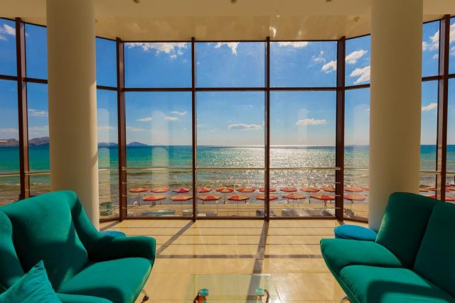 панорамный вид из окна на море
