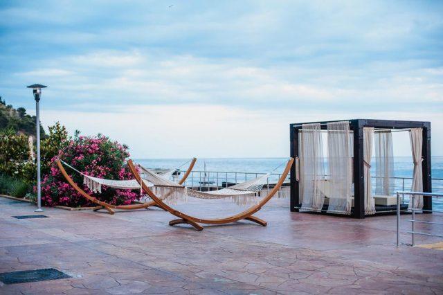 красивый вид с площадки отеля на море в Крыму