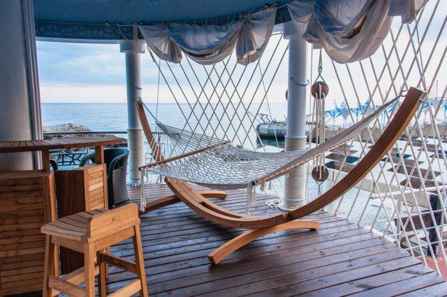 красивый вид с гамака в Крыму на море