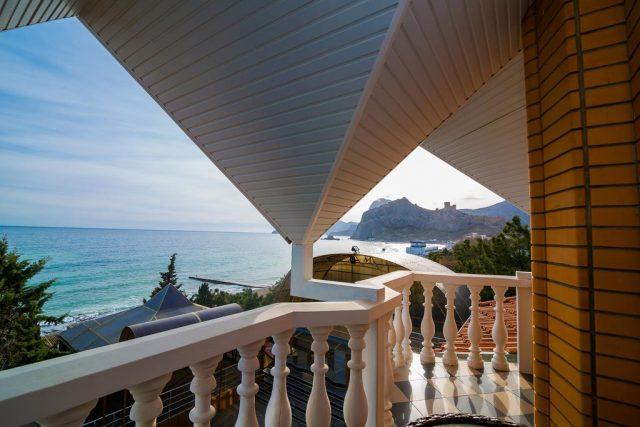 красивый вид на море из отеля в Судаке