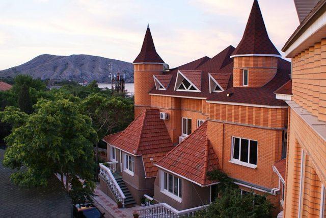 красивый вид на горы и море из отеля в Судаке