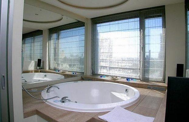 апартаменты с круглой гидромассажной ванной у окна в центре Москвы