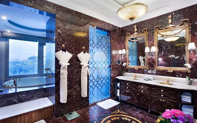 гидромассажная ванна в номере у окна в Москве